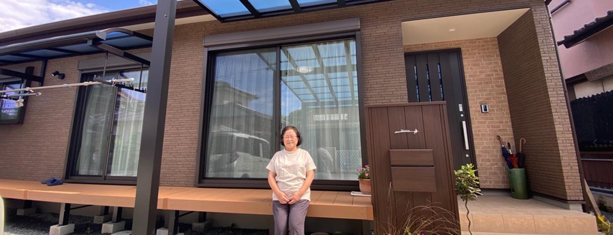 傾斜天井を配した開放的なリビングのある平屋住宅