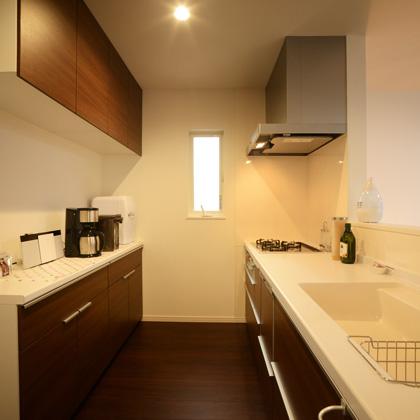 食洗器付きシステムキッチン(2550㎜)、たっぷり収納出来るカップボード付き。