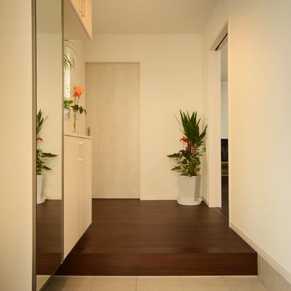 大きな全面鏡付き玄関収納は調湿建材を使い靴や収納物を守ります。