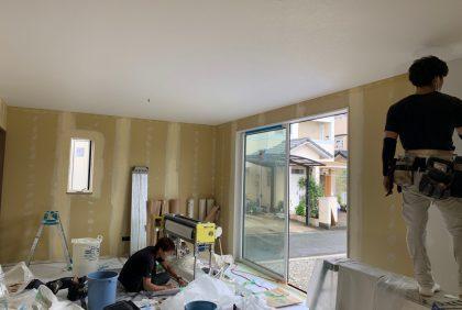 熊本県宇土市M様邸、パテ処理・クロス工事始まりました。